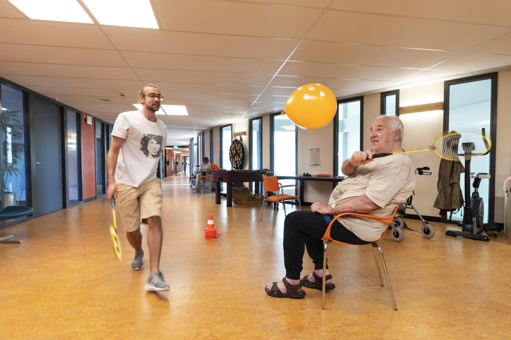 Twee keer per week komen stagiaires psychomotorische therapie om bewegingsoefeningen te doen met bewoners