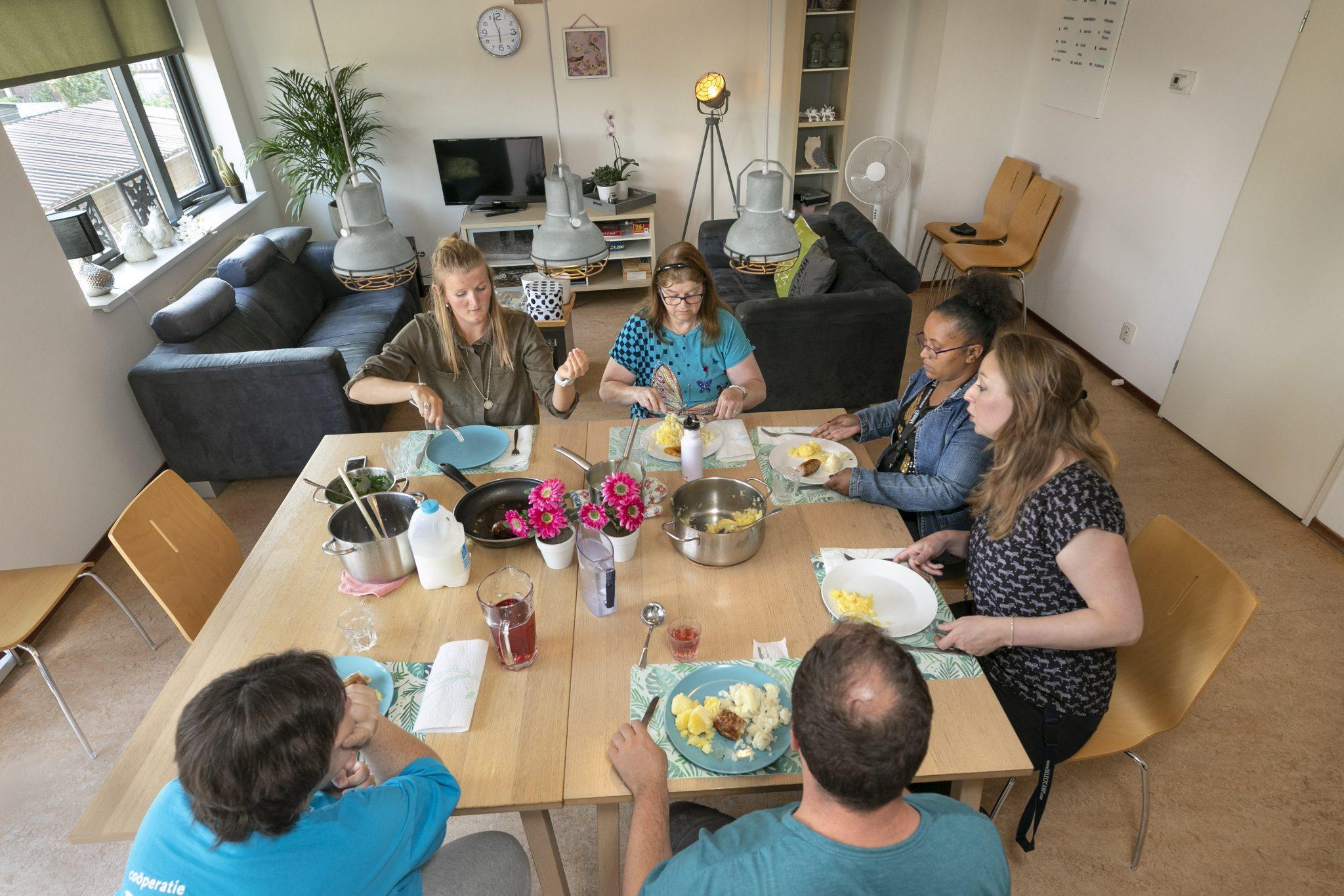 Gemeenschappelijke keuken en eet-/huiskamer in het steunpunt.