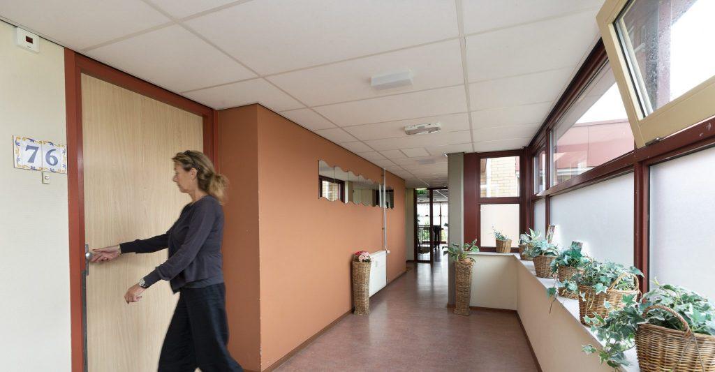 Gezamenlijke voordeur en ruime, open hal