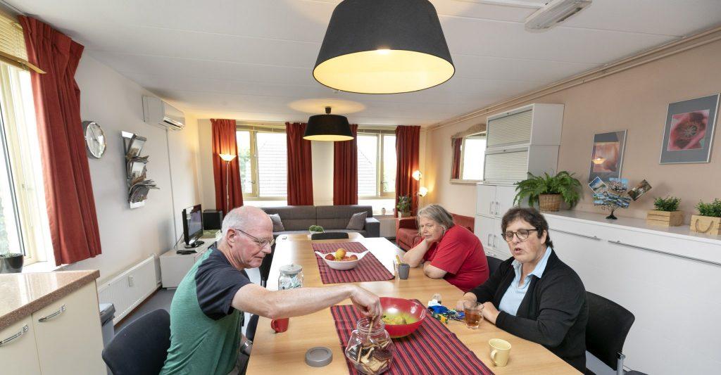 Gemeenschappelijke binnenplaats, huiskamer en keuken.