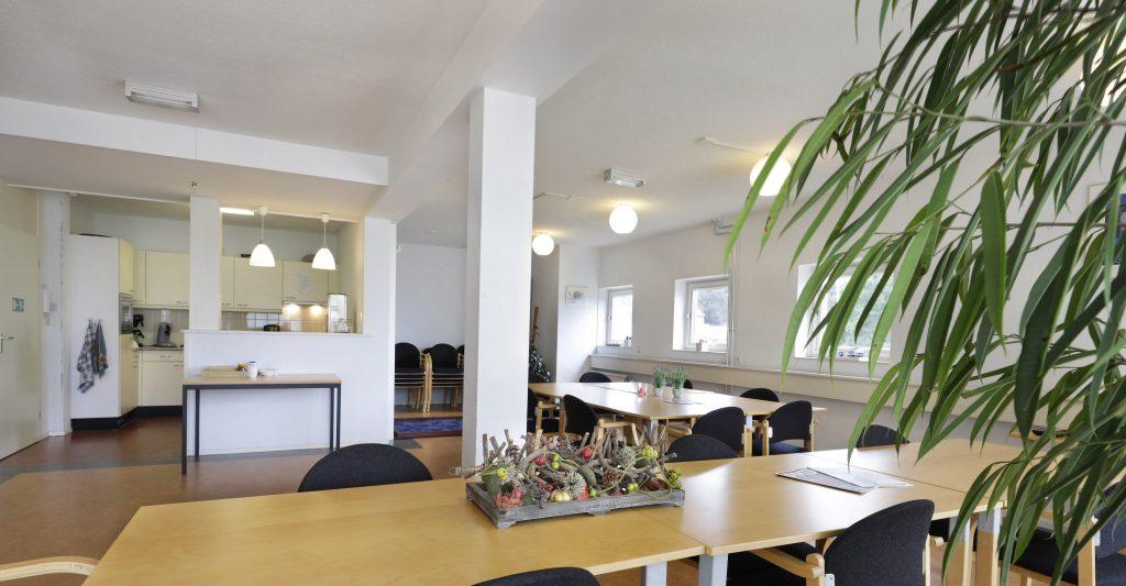 Er is een grote ontmoetingsruimte op de 1e verdieping met dartboard, hoge spelletjeskast en een klein keukenblokje