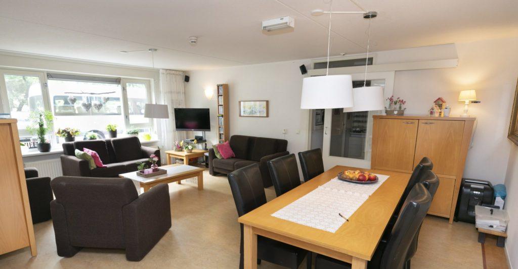 Een gemeenschappelijke woonkamer, keuken, sanitaire voorzieningen en gezellige tuin.