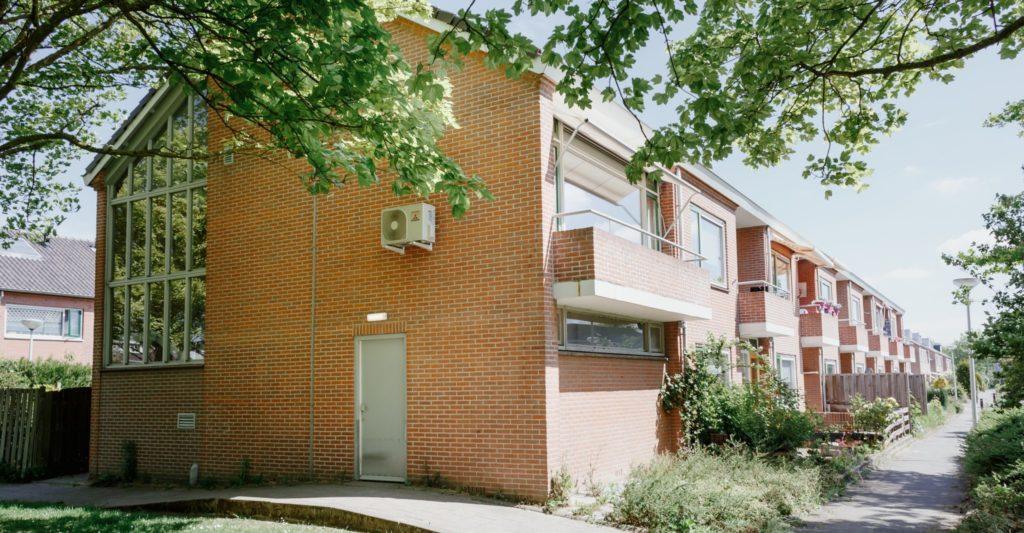 16 appartementen met eigen voordeur, woonkamer, slaapkamer, badkamer en keuken.
