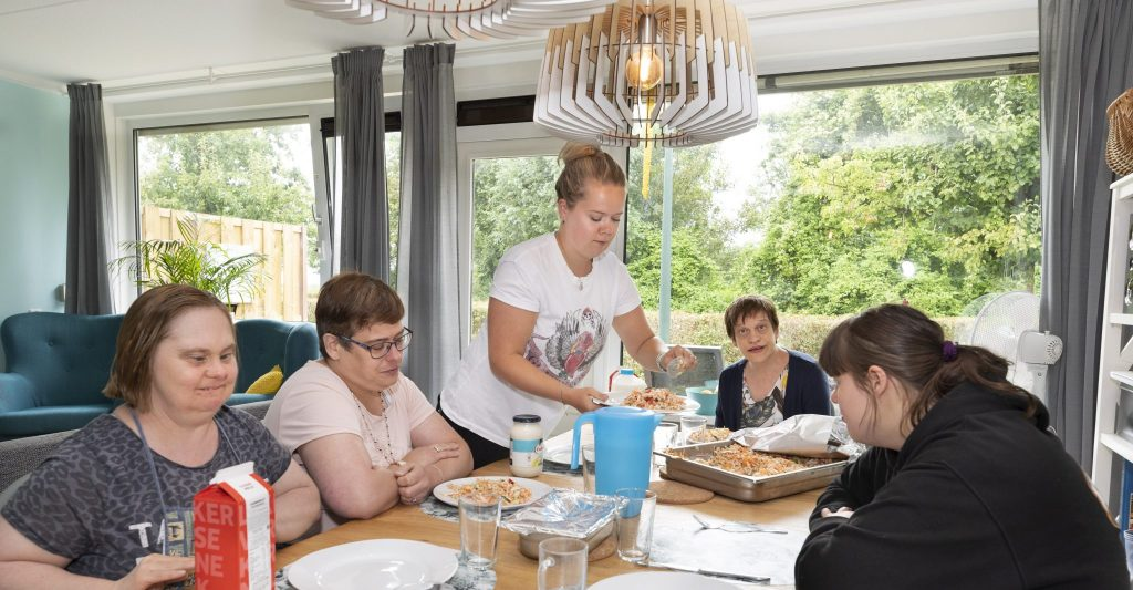 Het eten wordt geserveerd in de eigen woongroep.